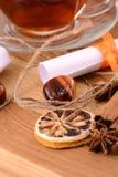 热的茶用柠檬和桂香在木backgroubd 免版税库存图片