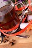 热的茶用柠檬和桂香在木backgroubd 库存图片