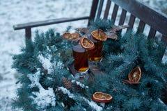 热的茶用桂香和橙色切片 库存照片