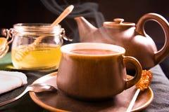 热的茶用蜂蜜 库存照片