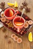 热的茶/仔细考虑了酒和圣诞节曲奇饼 免版税库存图片