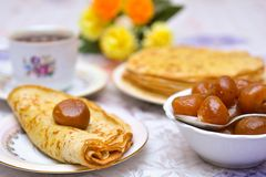 热的薄煎饼、芬芳茶和果酱 免版税图库摄影