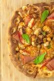 热的薄饼有菠萝、火腿和甜椒顶视图 图库摄影