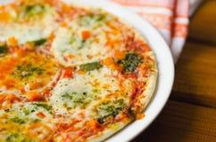 热的薄饼用在板材的无盐干酪乳酪 免版税图库摄影