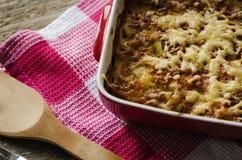 热的被烘烤的土豆用在碗的乳酪 免版税库存图片