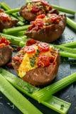 热的被烘烤的白薯充塞用烟肉、切达干酪、西红柿、香醋、水芹沙拉和巴马干酪 库存照片