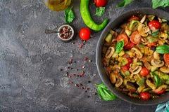 热的辣炖煮的食物茄子、甜椒、蕃茄、夏南瓜和蘑菇 免版税库存图片