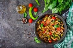 热的辣炖煮的食物茄子、甜椒、蕃茄、夏南瓜和蘑菇 库存图片