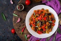 热的辣炖煮的食物茄子、甜椒、蕃茄和雀跃 免版税库存照片