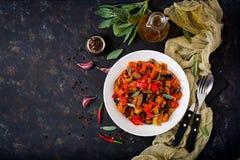 热的辣炖煮的食物茄子、甜椒、蕃茄和雀跃 免版税库存图片