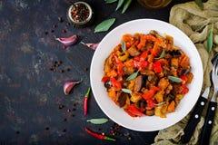 热的辣炖煮的食物茄子、甜椒、蕃茄和雀跃 库存图片