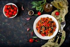 热的辣炖煮的食物茄子、甜椒、蕃茄和雀跃 库存照片