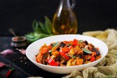 热的辣炖煮的食物茄子,甜椒,蕃茄 免版税库存照片