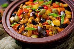热的辣炖煮的食物caponata茄子,夏南瓜,甜椒,蕃茄,红萝卜,葱,橄榄 库存图片