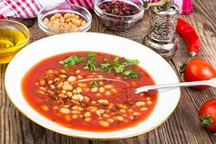 热的辣蕃茄汤用白豆和辣椒 免版税库存照片