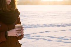 热的通入蒸汽的饮料在手上在一个多雪的冷的冬日 库存图片