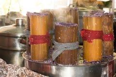 热的通入蒸汽的putobumbong、一个紫色甜菲律宾点心或者盘 库存照片