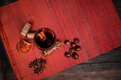 热的酒为冬天用各种各样的香料 免版税库存图片