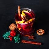 热的酒冬天和圣诞节假日用桔子和香料 库存照片