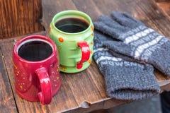 热的酒和手套 免版税库存照片