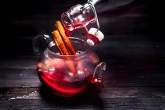 热的酒被仔细考虑的酒 免版税库存照片
