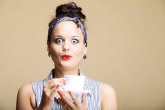 热的饮料。拿着茶或咖啡杯的妇女 库存照片