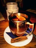 热的饮料在冷的夜 免版税库存照片