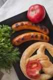 热的香肠特写镜头用开胃菜 免版税库存图片