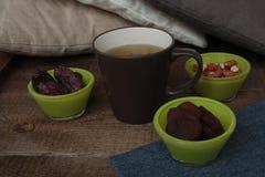热的绿茶用干果:杏干,日期,花生 免版税库存照片