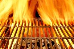 热的BBQ格栅和灼烧的木炭与明亮的火焰 库存照片