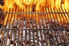 热的BBQ格栅和灼烧的火焰, XXXL 库存图片
