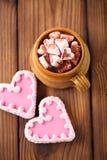 热的chocolat葡萄酒杯子,冠上用与心脏co的蛋白软糖 免版税库存照片