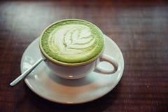 热的matcha绿茶拿铁 免版税库存图片