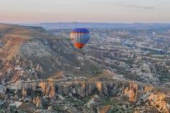 热空气在卡帕多细亚秀丽的气球旅行  库存照片