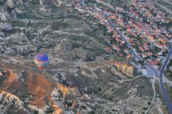 热空气在卡帕多细亚秀丽的气球旅行  免版税库存图片