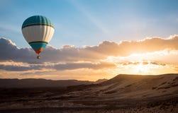 热空气在沙漠的气球旅行 免版税图库摄影