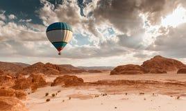 热空气在沙漠的气球旅行 免版税库存照片