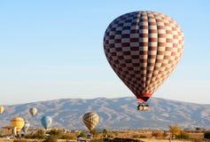 热空气在飞行以后迅速增加着陆早晨 cappadocia 火鸡 库存图片
