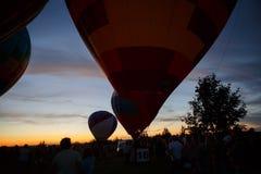 热空气在Pereslavl-Zalessky迅速增加节日,雅罗斯拉夫尔州夜飞行在2016年7月16日 免版税库存照片