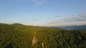 热空气横跨天空的气球飞行在山环境美化 股票视频