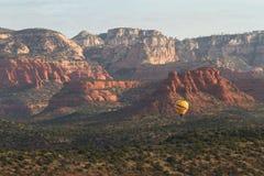 热空气气球乘驾在Sedona 免版税库存照片