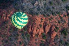 热空气气球乘驾在Sedona 免版税库存图片