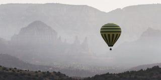 热空气气球乘驾在Sedona 免版税图库摄影