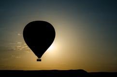 热空气气球剪影 库存照片