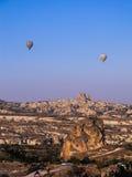 热空气气球和卡帕多细亚` s环境美化 免版税库存图片