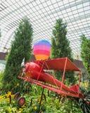 热空气气球和红色飞机 免版税库存图片