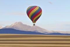 热空气气球和渴望峰顶 库存照片