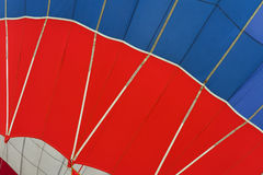 热空气气球图表和几何纹理,底视图,作为背景生活的明亮的片刻,生动红色和 免版税库存照片