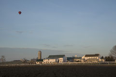 热空气气球在一个春天早晨通过  免版税图库摄影