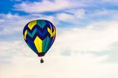 热空气气球在与蓝天&云彩的清早 库存图片